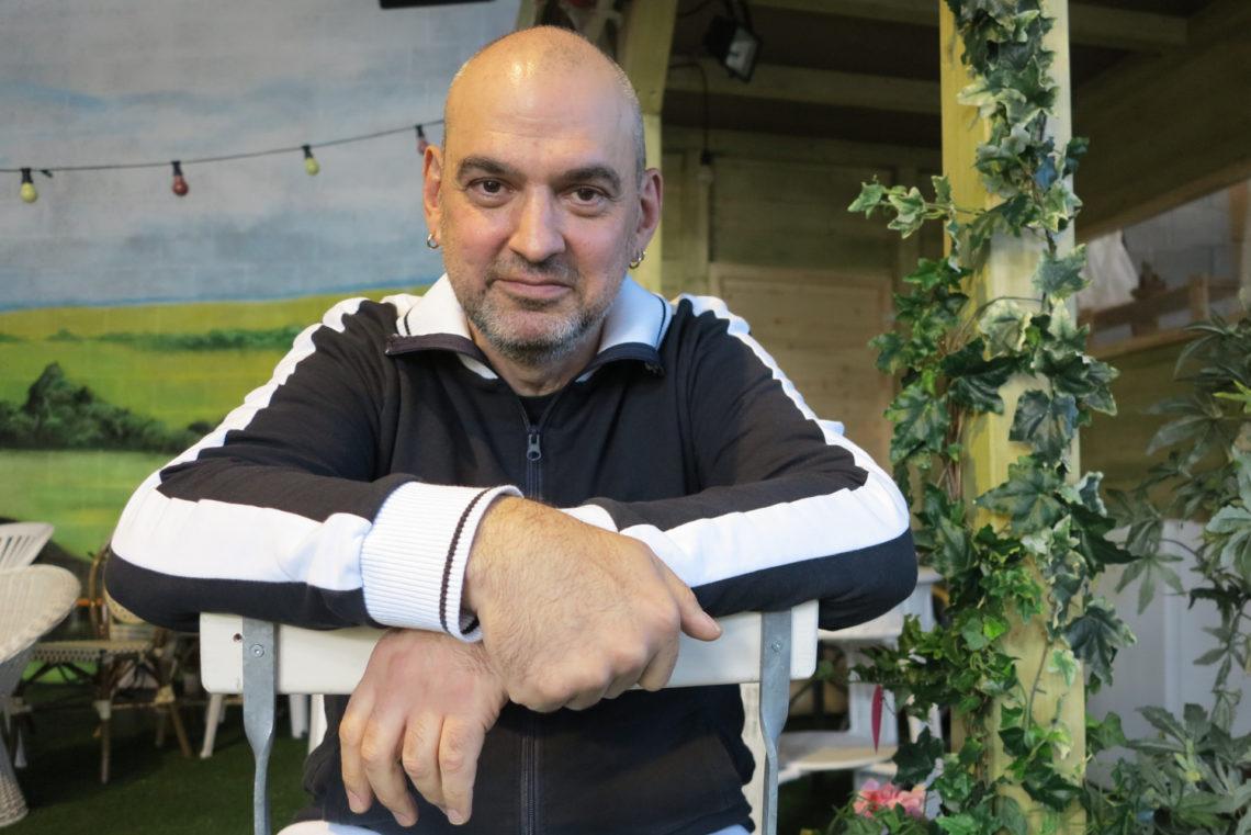 Hartmut Samer El-Kurdi vor Theaterkulisse
